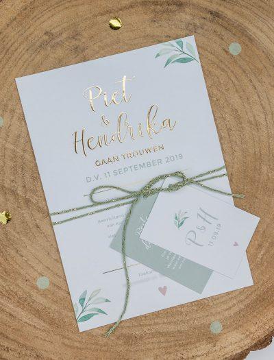Trouwkaart op maat pakketje met goudfolie en takjes