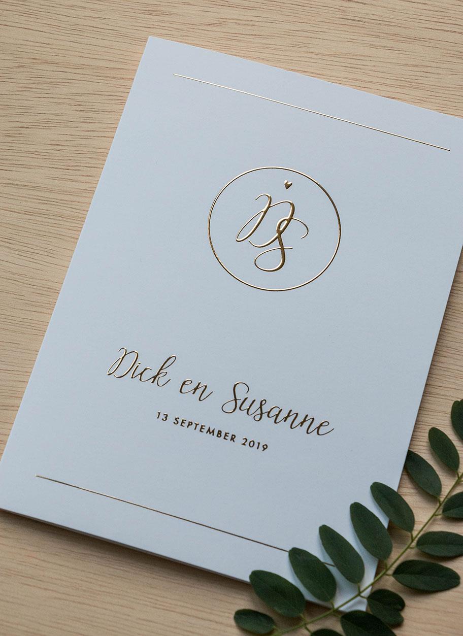 Trouwkaart op maat met goudfolie en trouwlogo