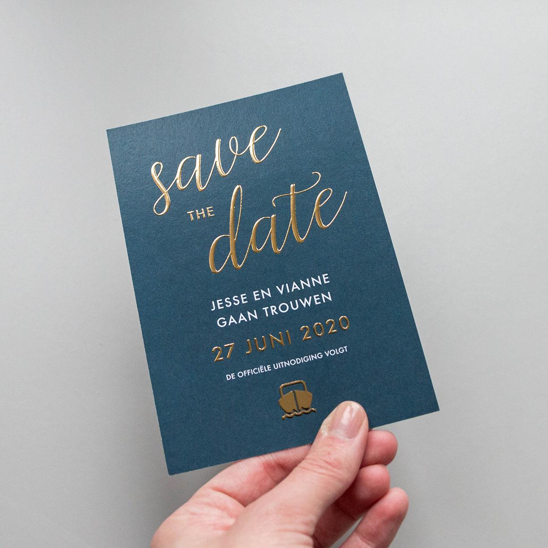 Save the Date kaart op maat donkerblauw met goudfolie