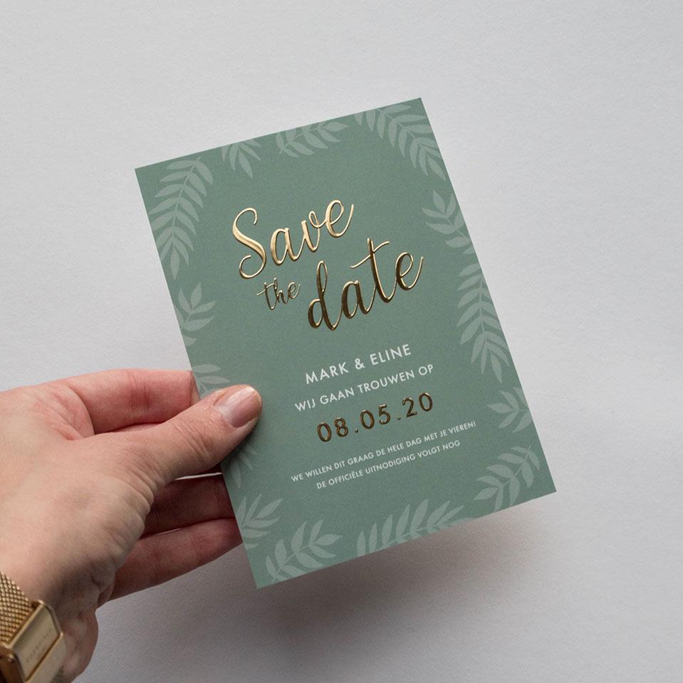 Save the Date kaart op maat groen met goudfolie